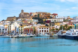 farbenfrohes Panorama - Ibiza Altstadt
